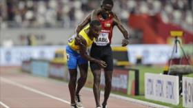 Vídeo: Atleta deja de correr para ayudar a rival a cruzar la meta