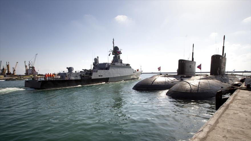 Un buque de guerra y dos submarinos rusos en la base naval de Tartus, en el oeste de Siria. (Foto: AFP)