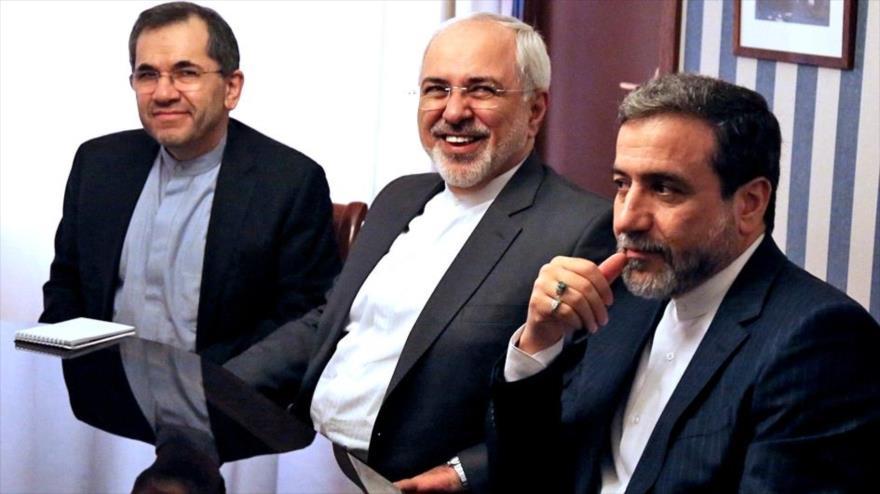El vicecanciller iraní, Seyed Abas Araqchi (drcha.), el canciller Mohamad Yavad Zarif (centro), y el enviado de Irán ante la ONU, Mayid Tajt Ravanchi.