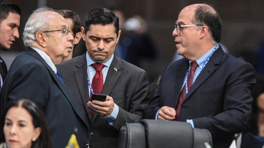 El opositor Julio Borges (dcha.) y el representante designado por Juan Guadió en EE.UU., Carlos Veccio (C) en una sesión de la OEA, 28 de junio de 2019.