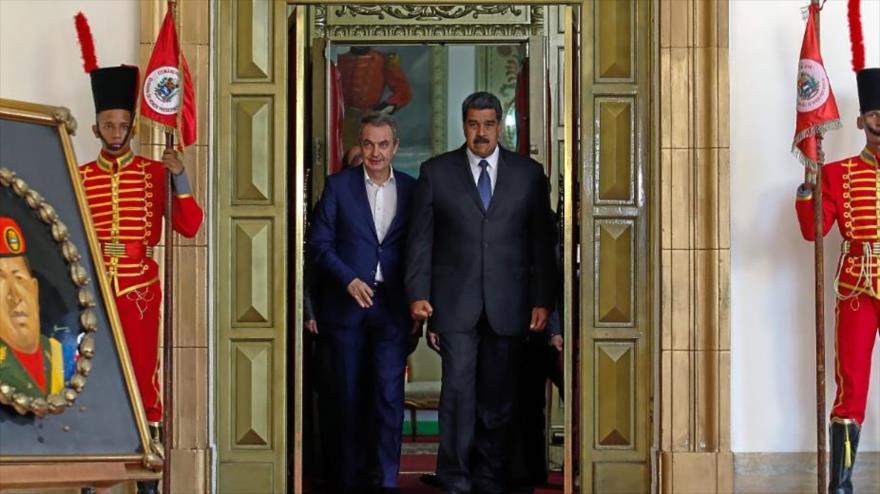 El presidente de Venezuela, Nicolás Maduro, y el exmandatario español José Luis Rodríguez Zapatero (izq.) en Caracas.