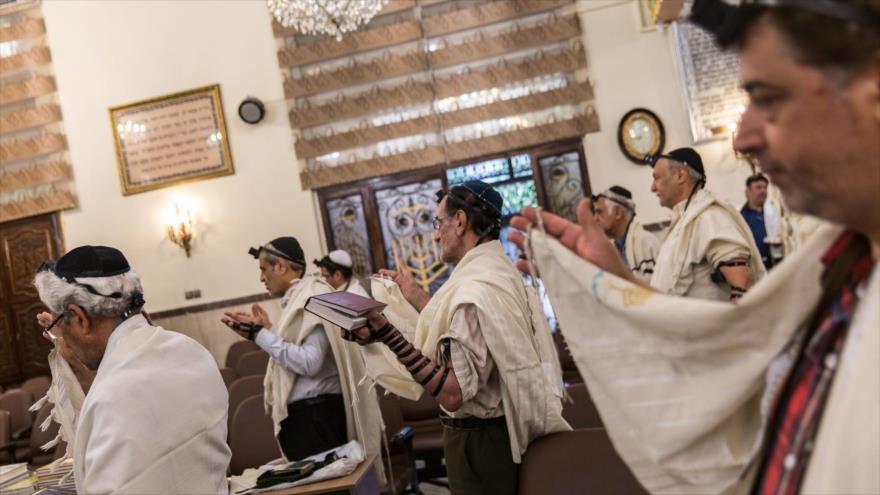Judíos iraníes oran en una sinagoga en Teherán.