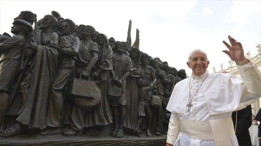 El papa Francisco asiste a la presentación de la escultura que conmemora a los migrantes y refugiados en la plaza de San Pedro en el Vaticano, 29 de septiembre de 2019. (Foto: Reuters)