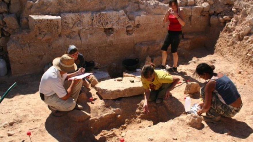 Arqueólogos españoles trabajan con recursos propios en el rescate de una antigua ciudad maya amurallada que contiene importantes vestigios.