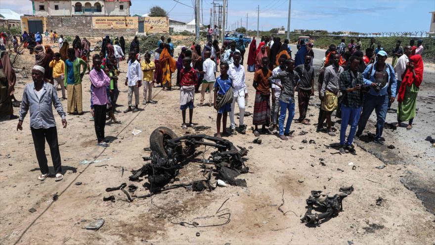 Pobladores reunidos tras atentado contra un convoy de la UE, Mogadiscio, capital de Somalia, 30 de septiembre de 2019. (Foto: AFP)