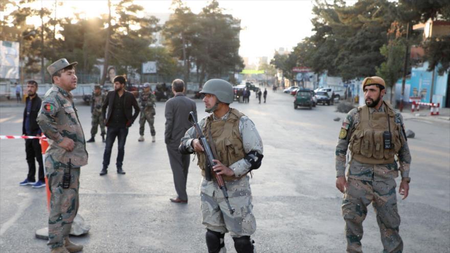 Militares afganos vigilan un puesto de control en Kabul, la capital de Afganistán.