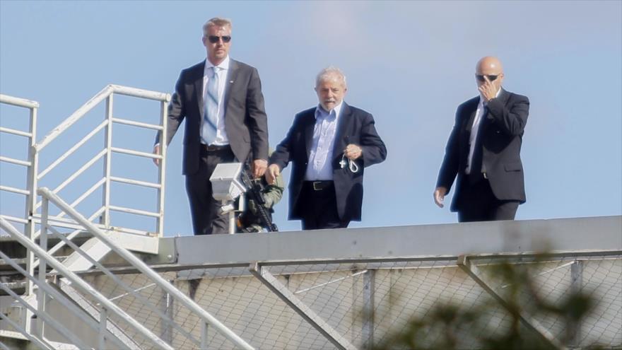 El expresidente brasileño Luiz Inácio Lula da Silva (centro) llega a la sede de la Policía Federal de Brasil, 2 de marzo de 2019.