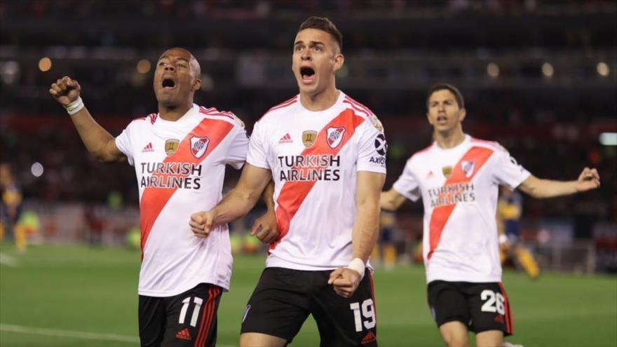Rafael Santos Borre (c) de River Plate celebra su gol de penalti frente a Boca Juniors (Foto: EFE)