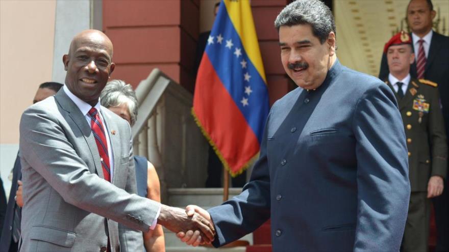 El presidente de Venezuela, Nicolás Maduro (dcha.) le da la mano al responsable de asuntos de seguridad en la Comunidad del Caribe (Caricom), Keith Rowley.