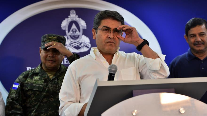 El presidente de Honduras, Juan Orlando Hernández (centro), en una rueda de prensa en Tegucigalpa (capital), 3 de agosto de 2019. (Foto: AFP)