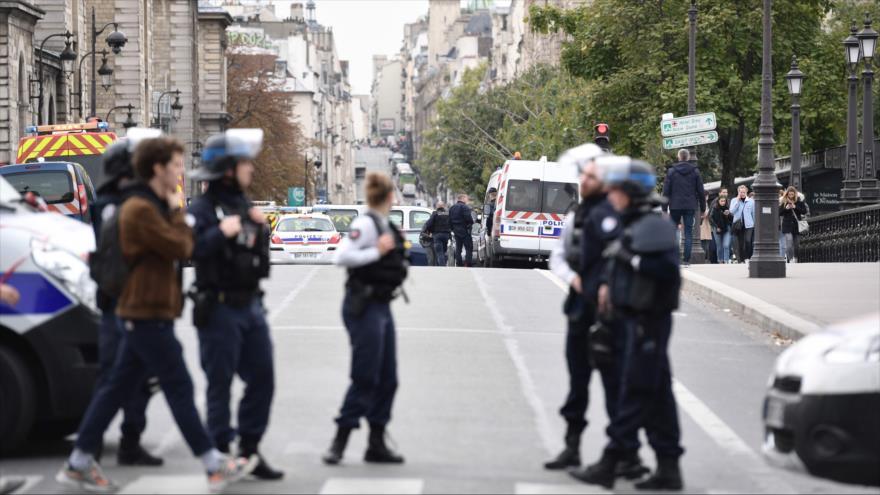 Ataque con cuchillo deja cuatro policías muertos en París | HISPANTV