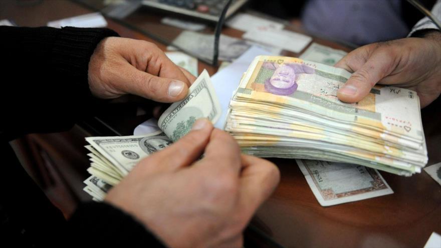 Intercambio de la moneda iraní rial por dólares estadounidenses en una casa de cambio en Teherán.