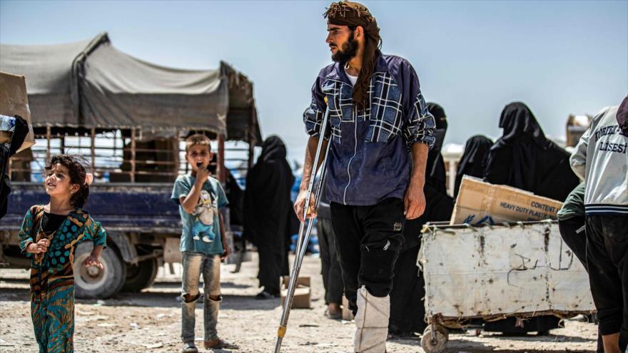 Un presunto miembro de EIIL (Daesh, en árabe) en campamento de Al-Hol, situado en el noreste de Siria, 22 de julio de 2019. (Foto: AFP)