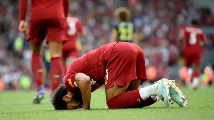 Muhamad Salah se posterna después de anotar para el Liverpool.