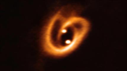 Astrónomos hallan 2 estrellas bebés que forman un 'pretzel' cósmico