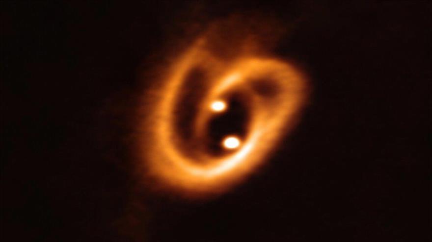 El telescopio del desierto de Atacama (Chile) capta dos estrellas bebés que forman un 'pretzel' cósmico.