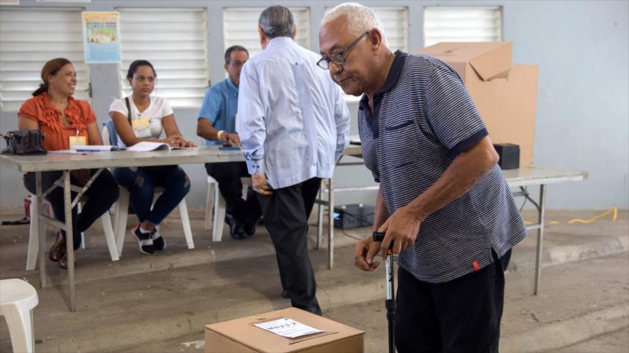 Un ciudadano dominicano vota durante las elecciones primarias en Santo Domingo, 6 de octubre de 2019. (Foto: AFP)
