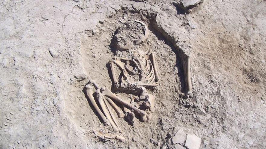 Esqueleto de un niño de hace 5700 años, recién descubierto en Turquía.
