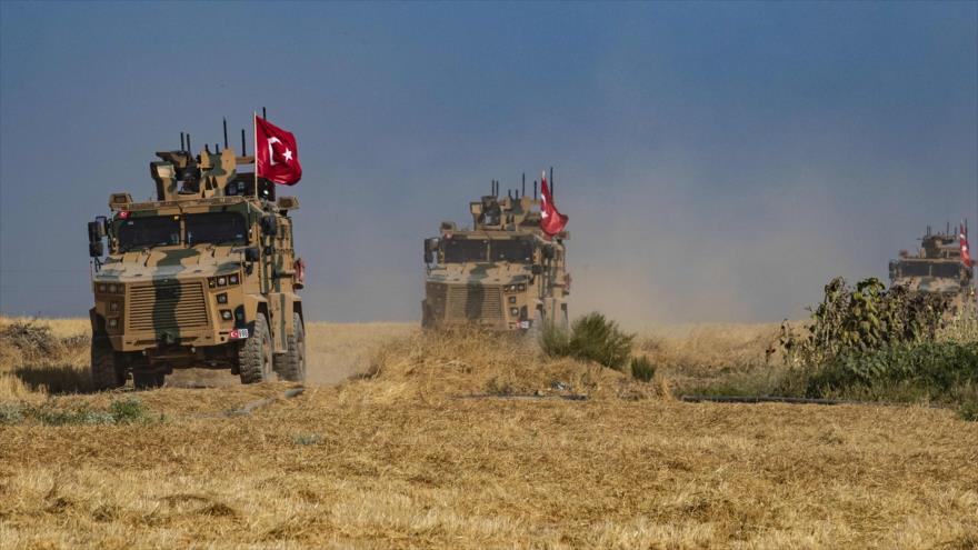 Un convoy militar turco patrulla la aldea siria de Al-Hashisha, en las afueras de la ciudad fronteriza de Abyad, 4 de octubre de 2019. (Foto: AFP)