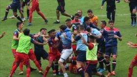 Vídeo: batalla campal en un partido de fútbol deja 8 expulsados