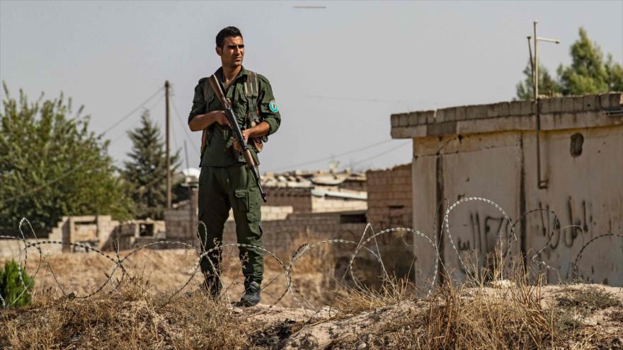 Un soldado kurdo hace guardia durante una manifestación contra las amenazas de Turquía, la provincia de Hasaka, 6 de octubre de 2019. (Foto: AFP)