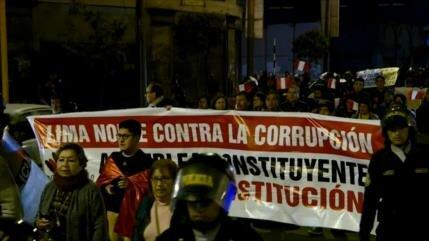 """Peruanos protestan contra Martín Vizcarra y lo llaman """"dictador"""""""