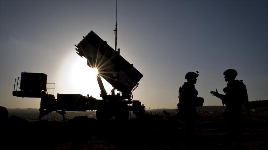 Fuerzas estadounidenses desplegadas cerca de un sistema de defensa aérea Patriot, 26 de febrero de 2013. (Foto: AFP)