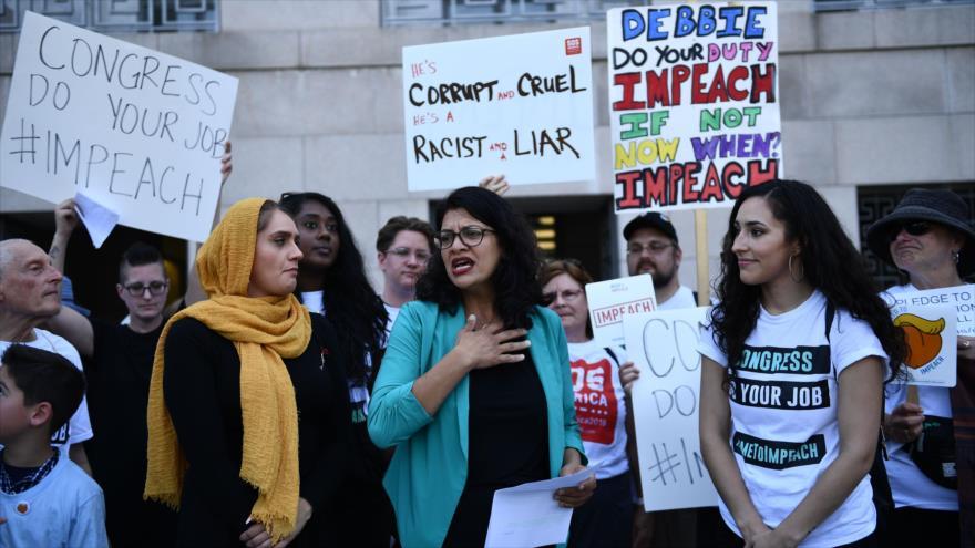La representante de EE.UU. Rashida Tlaib (Centro) se une a activistas que solicitan la destitución de Donald Trump, 23 de septiembre de 2019. (Foto: AFP)