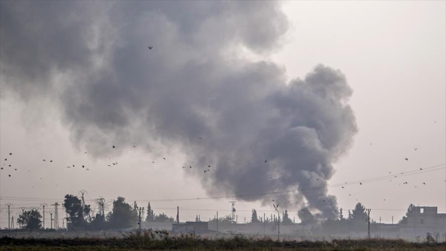Una columna de humo se eleva desde la ciudad siria de Tal Abyad después de los bombardeos turcos, 9 de octubre de 2019. (Foto: AFP)