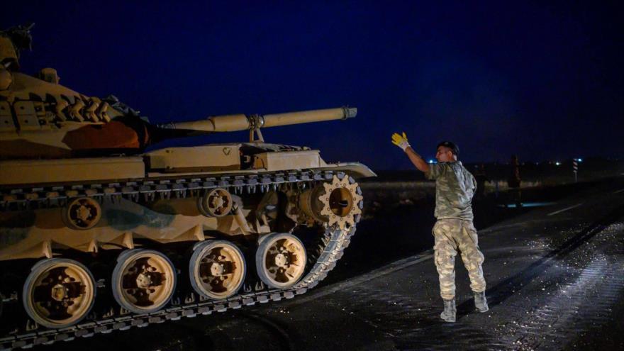 Un tanque del Ejército de Turquía cerca del pueblo de Akakale, fronterizo con Siria, 8 de octubre de 2019.
