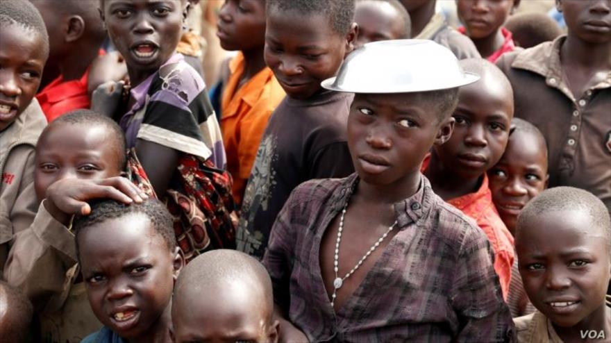 Los niños esperan la distribución de alimentos en Bunia, en la provincia de Ituri, este de la República Democrática del Congo, 12 de abril de 2018.