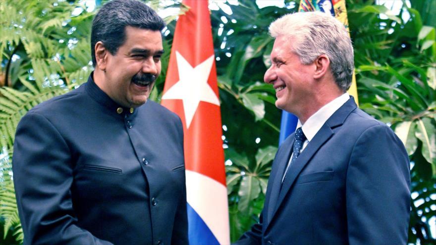 El presidente cubano, Miguel Díaz-Canel (dcha.), recibe a su homólogo de Venezuela, Nicolás Maduro, en el Palacio de la Revolución, en La Habana.