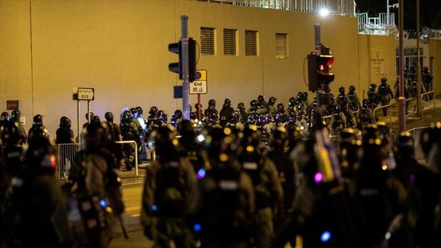 Los agentes policías desplegados durante una protesta en una localidad de Hong Kong.