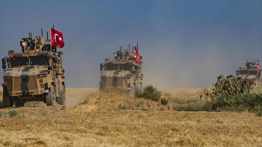 Vehículos militares de Turquía en la ciudad siria de Tal Abyad, 4 de octubre de 2019. (Foto: AFP).