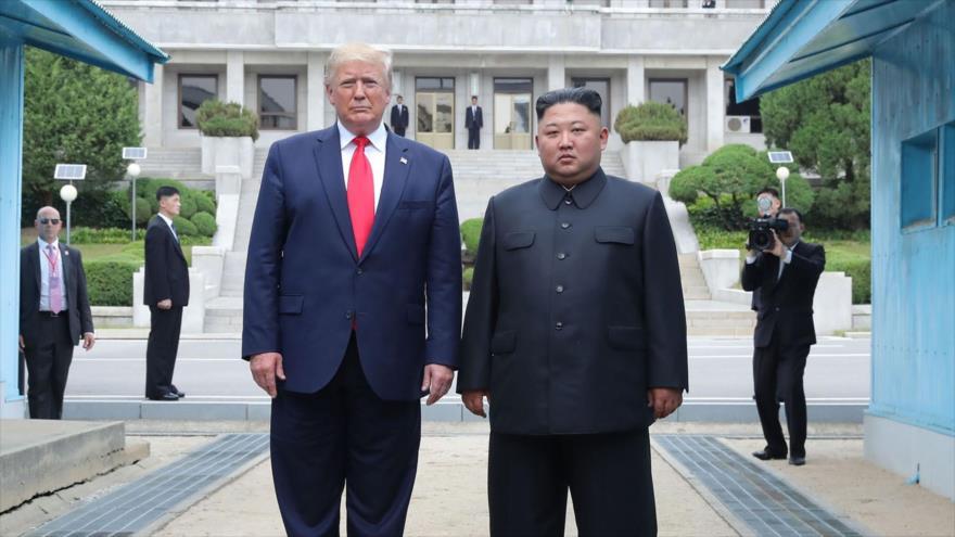 El líder norcoreano, Kim Jong-un y el presidente de EE.UU., Donald Trump, en la zona desmilitarizada con Corea del Sur, 30 de junio de 2019. (Foto: AFP)
