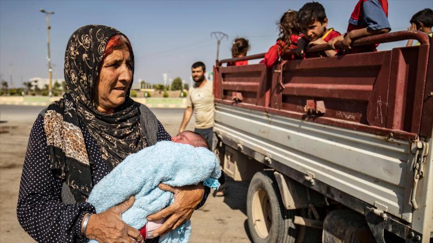 Civiles sirios llegan a la ciudad de Tall Tamr, en el noroeste de Siria, huyendo de los bombardeos turcos, 10 de octubre de 2019. (Foto: AFP)