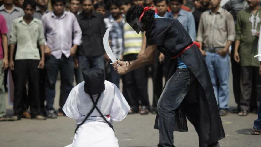Ejecución simulada en Bangladés en protesta contra la decapitación de 8 trabajadores de este país por Arabia Saudí1 15 de octubre de 2011. (Foto: Reuters)
