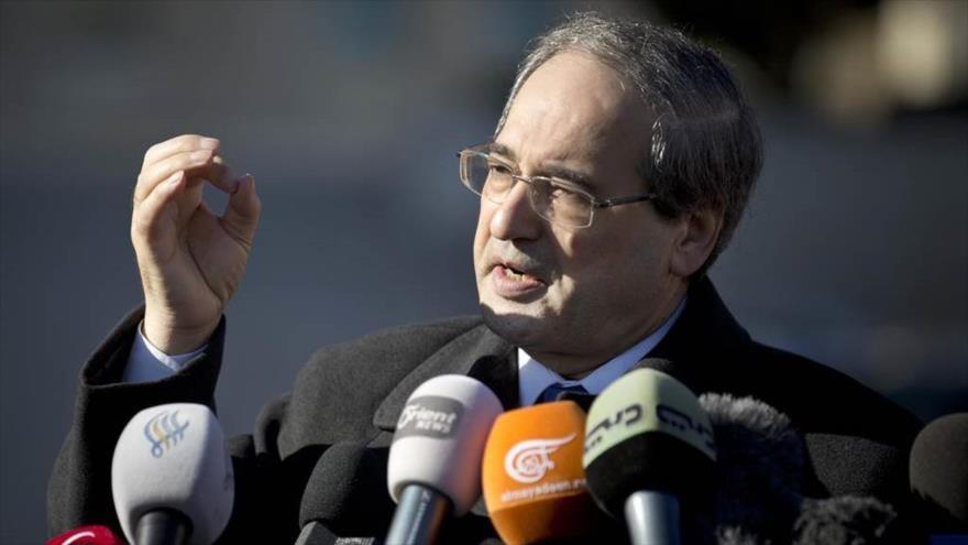 El viceministro de Asuntos Exteriores de Siria, Faisal al-Miqdad, habla en una rueda de prensa.