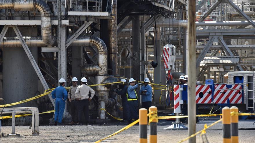 Empleados de la compañía petrolera saudí Aramco trabajan en la planta de procesamiento de petróleo Abqaiq, 20 de septiembre de 2019. (Foto: AFP)
