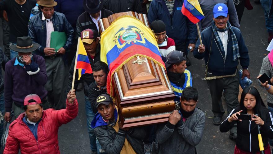 Indígenas llevan el ataúd de su líder asesinado, Inocencio Tucumbi, 10 de octubre de 2019 (Foto: AFP)
