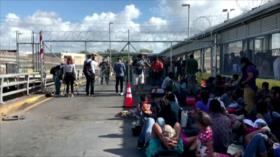 Migrantes bloquean un puente que conecta México y EEUU