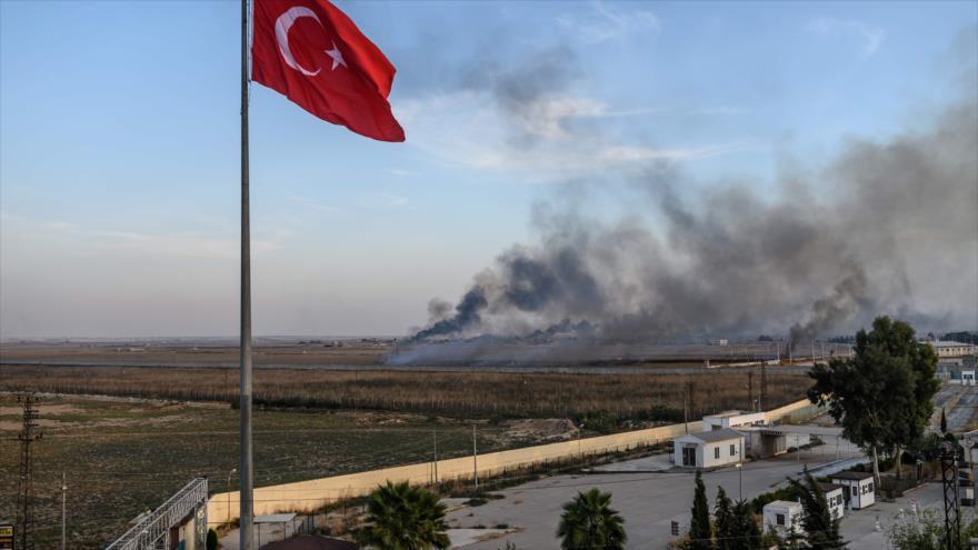 Columna de humo producida por un bombardeo turco en la ciudad siria de Tal Abyad, 10 de octubre de 2019 (Foto: AFP).
