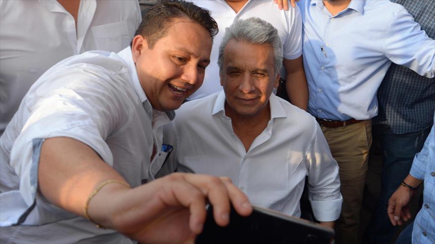 El presidente de Ecuador (dcha.) posa para una selfie con un partidario en Guayaquil, Ecuador, 8 de octubre de 2019 (Foto: AFP)