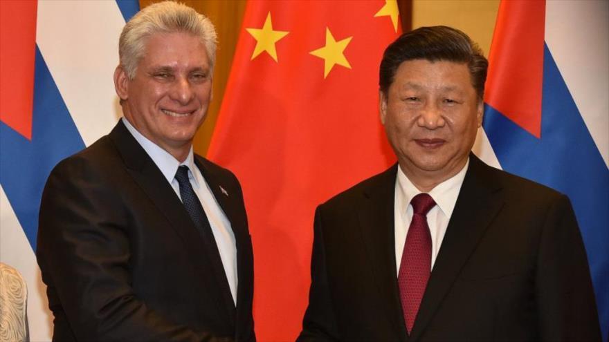 El presidente de China, Xi Jinping (drcha.), recibe a su par cubano, Miguel Díaz-Canel, en Pekín, 8 de noviembre de 2018.