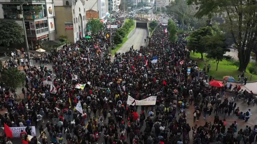 Los estudiantes universitarios marchan contra el Gobierno colombiano
