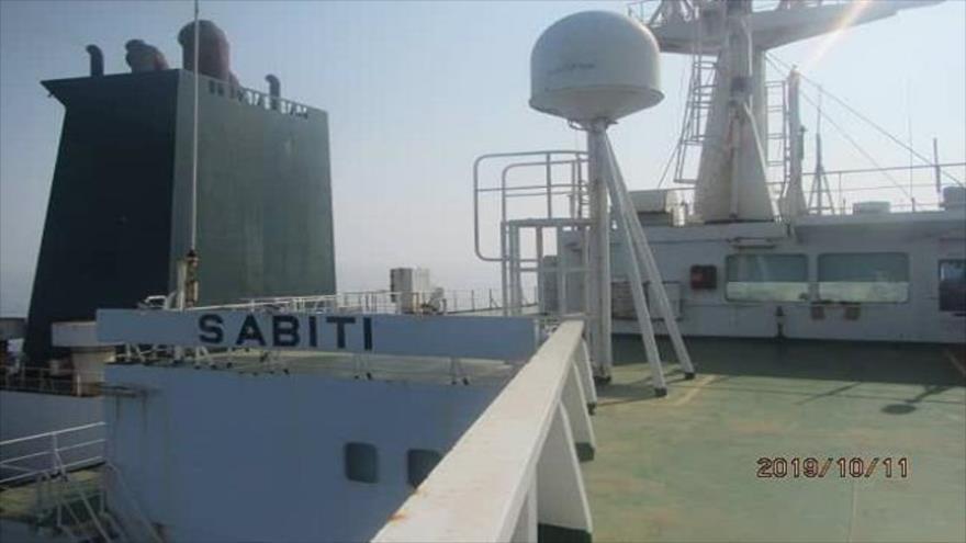 Una de las primeras imágenes publicadas del petrolero iraní SABITI tras sufrir explosiones debido a ataques misilísticos en el mar Rojo, 11 de octubre de 2019.