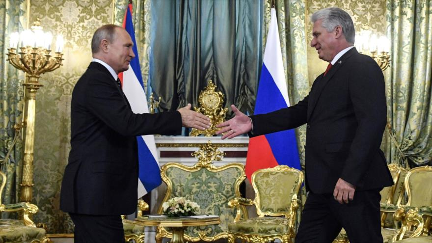El presidente ruso, Vladimir Putin (izda.), y su par cubano durante una reunión en el Kremlin en Moscú, capital rusa, 2 de noviembre de 2018. (Foto: AFP)