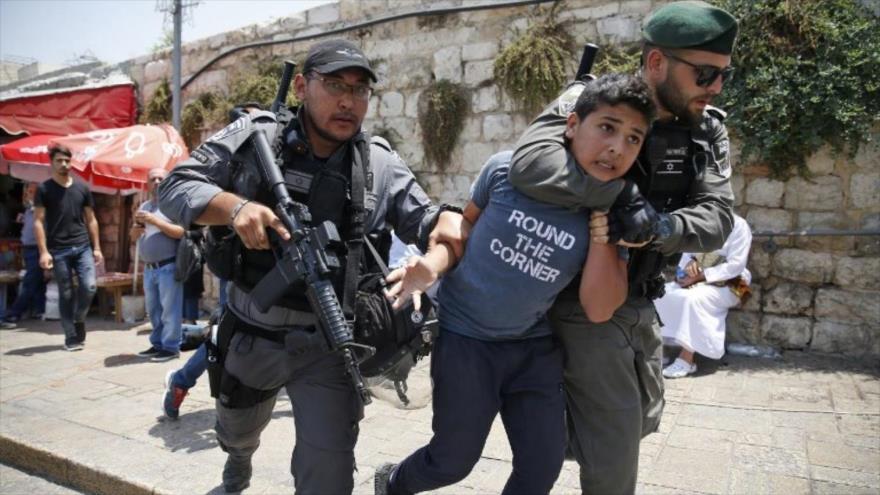 La fuerzas israelíes detienen a un niño palestino en la Cisjordania ocupada.