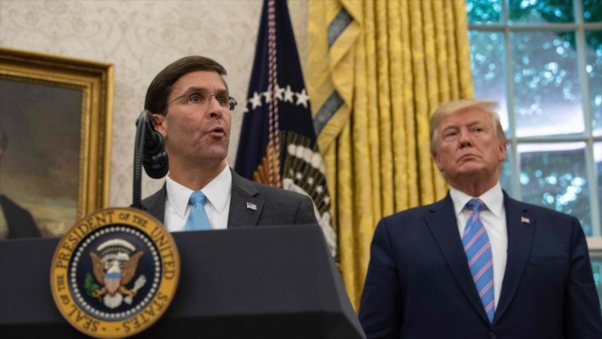 El secretario de Defensa de EE.UU., Mark Esper (izda.), habla junto al presidente Donald Trump en la Casa Blanca, 23 de julio de 2019. (Foto: AFP)