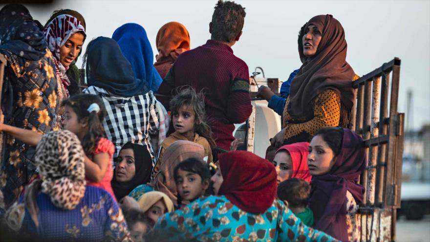 Civiles huyen de ataques del Ejército turco contra la ciudad de Ras al-Ain, en Al-Hasaka (norte de Siria), 9 de octubre de 2019. (Foto: AFP)